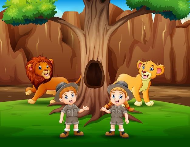 Zookeeper e leoni nella gabbia all'aperto del parco zoo