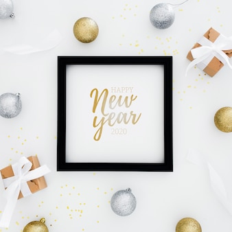 2020 feliz año nuevo marco con regalos cerca
