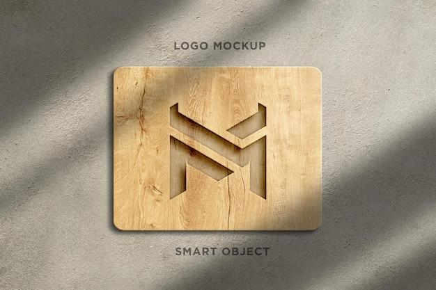 3d mockup-logo houten bord op betonnen muur