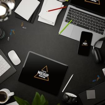 3d-rendering donkere creatieve plat leggen werkruimte met tablet mockup