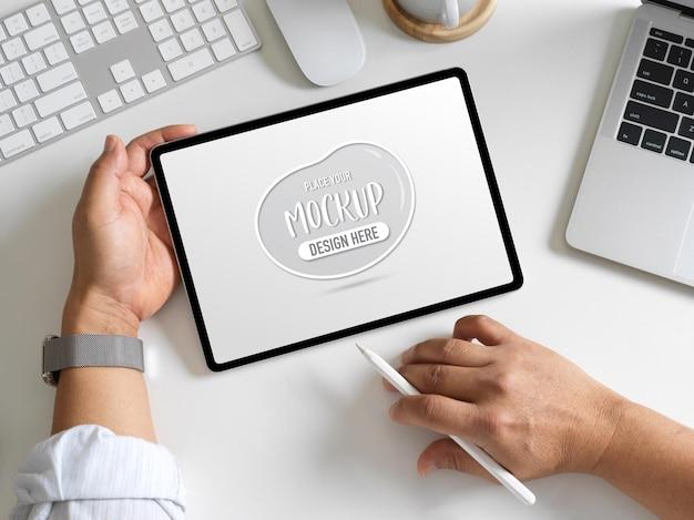 3d-weergave van kantoor aan huis kamer met tablet mockup
