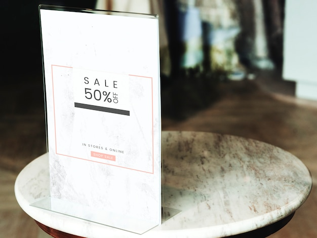50% de descuento en el marco del cartel de venta en una tienda