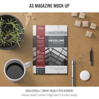 A5-tijdschriftmodel met koffie en installatie