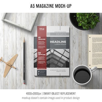 A5-tijdschriftmodel met kop van koffie en installatie