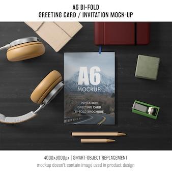 A6 bi-voudige uitnodigingskaartsjabloon met hoofdtelefoons