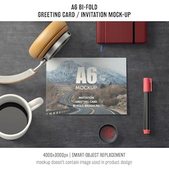 A6 mockup bi-fold biglietto di auguri con il caffè