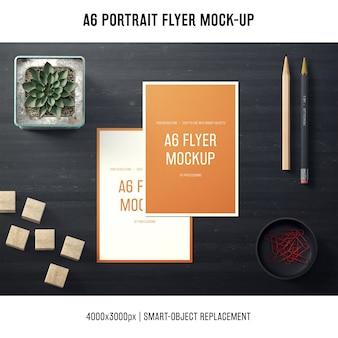 A6 portret flyer mock-up met potloden