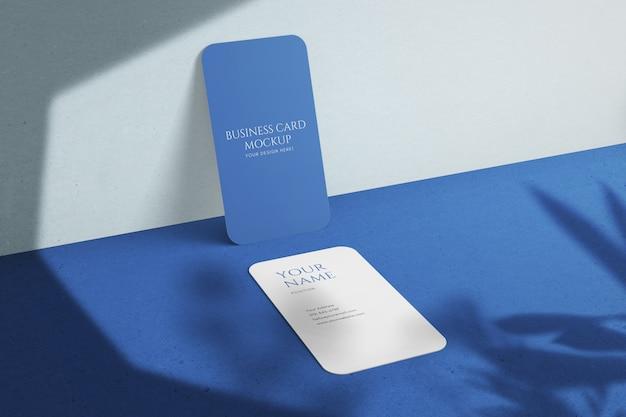 Aangepaste verticale ronde hoek zakelijk visitekaartje met mockup met schaduwoverlays