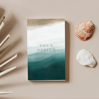 Abstract visitekaartje mockup in de buurt van zeeschelpen
