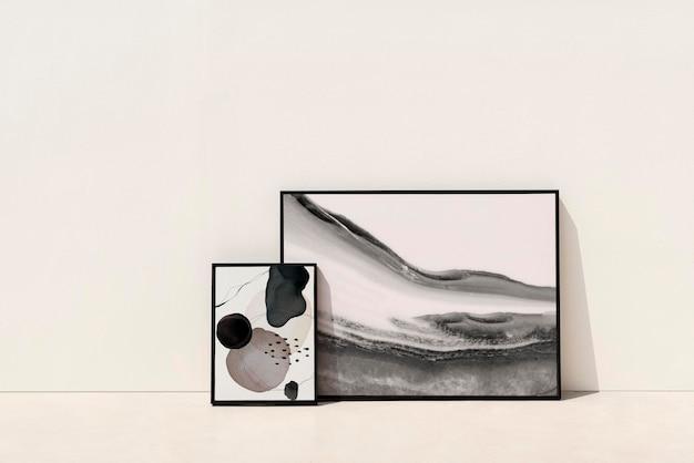 Abstracte fotolijst mockup psd leunend tegen de muur