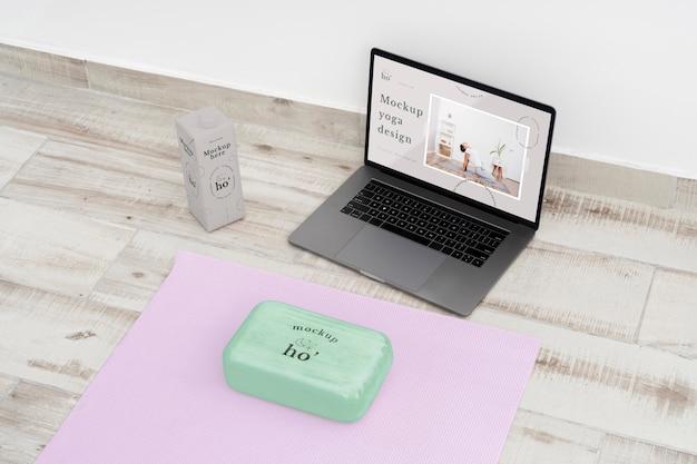 Accesorios de maqueta de yoga en el suelo.