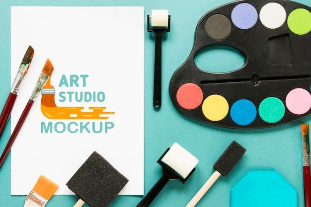 Accesorios de pintura artística de vista superior con maqueta