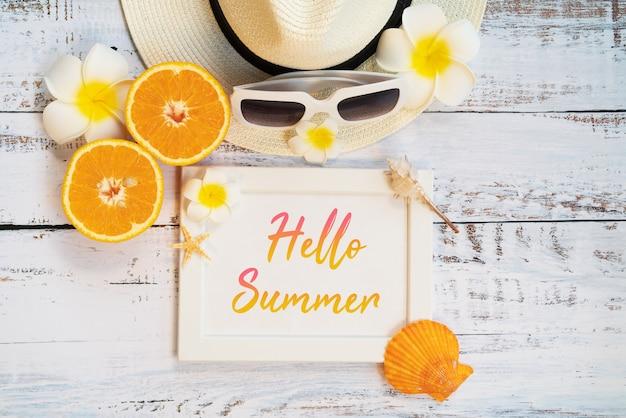 Accesorios de playa, naranja, gafas de sol, sombrero y conchas.