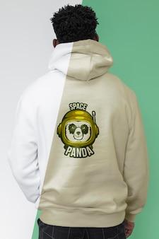 Achteraanzicht van stijlvolle man in hoodie
