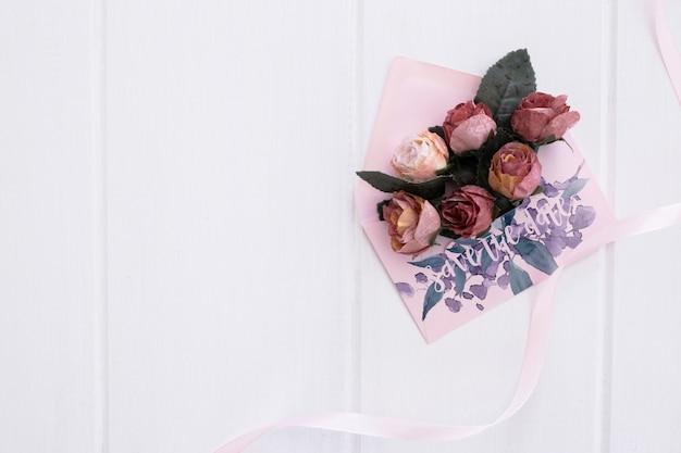 Acquerello di mockup di busta invito matrimonio floreale