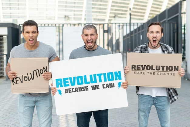 Activistas gritando con maqueta de protesta