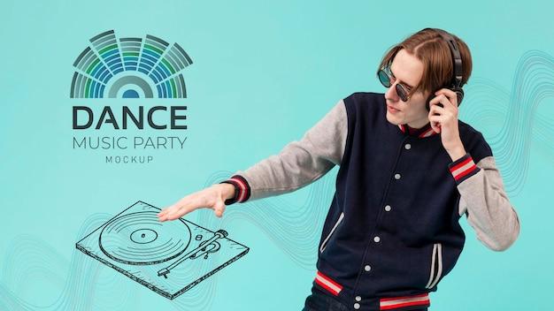 Adolescente cool con musica mock-up di festa