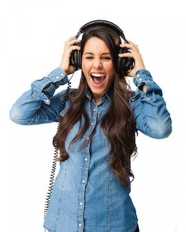 Adolescente loca disfrutando de la música