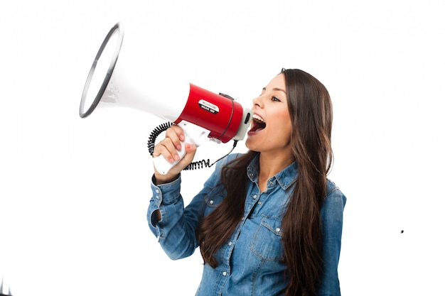 Adolescente rebelde usando un megáfono