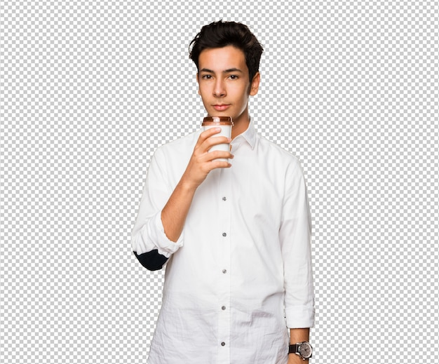 Adolescente tomando un café