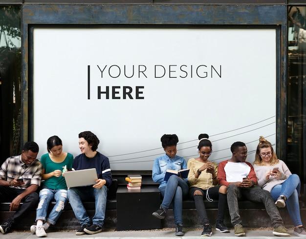 Adolescentes por un cartel en blanco