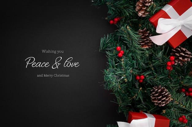 Adornos navideños en el borde sobre un fondo negro con copyspace