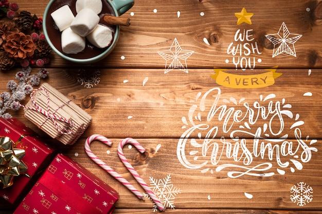 Adornos navideños y dulces con espacio de copia