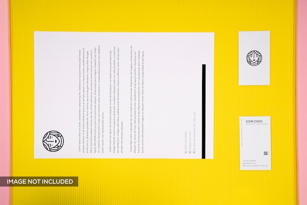 Adreskaartje en briefhoofdmodel op gele achtergrond