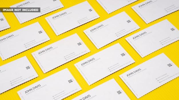 Adreskaartjemodel op gele achtergrond