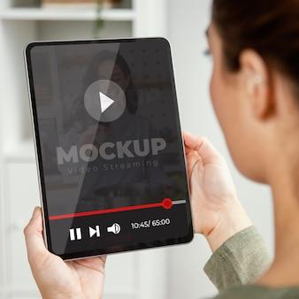 Adulto joven con maqueta de dispositivo digital