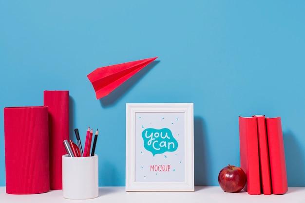 Aereo di carta e materiale scolastico con mock-up