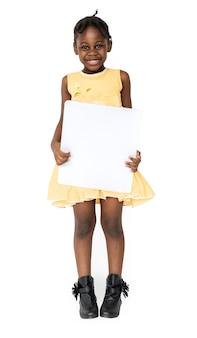 Afrikaans meisje die het lege portret van de aanplakbiljetstudio houden