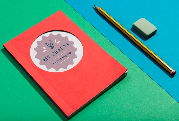 Agenda de alta vista y concepto de escritorio de lápiz