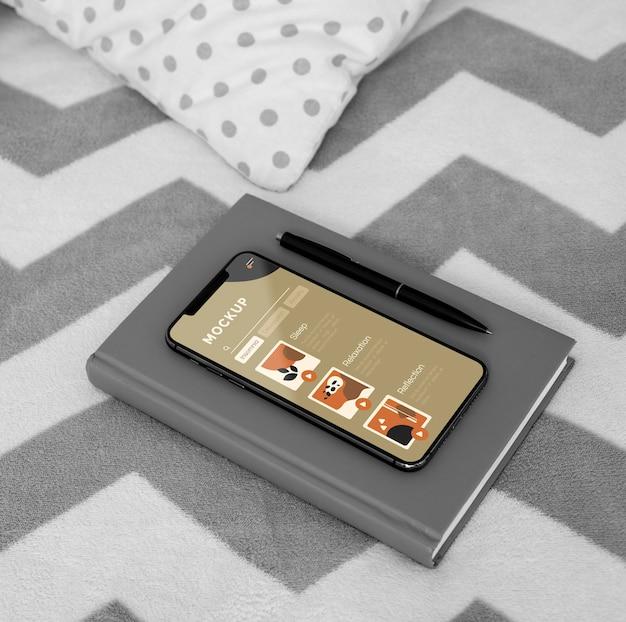 Agenda en mobiel op bed