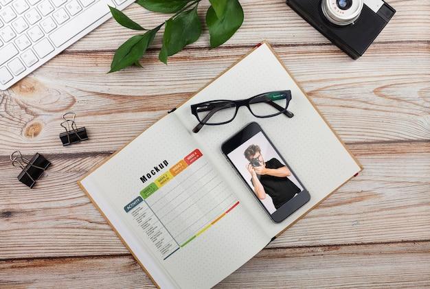 Agenda en mobiel op bureau