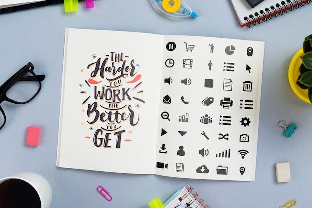Agenda en el escritorio con cita motivacional