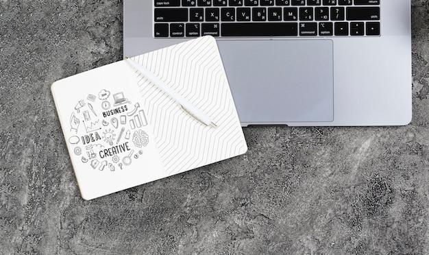 Agenda y laptop en maqueta de escritorio