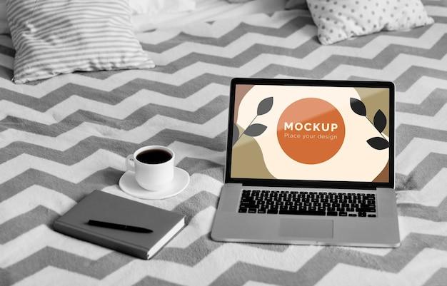 Agenda y móvil al lado de la computadora portátil