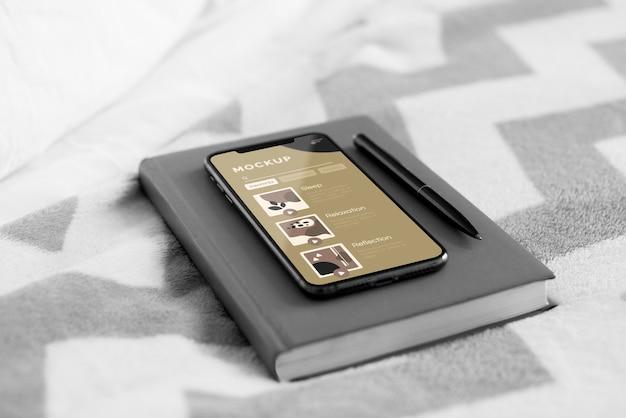 Agenda y móvil en cama