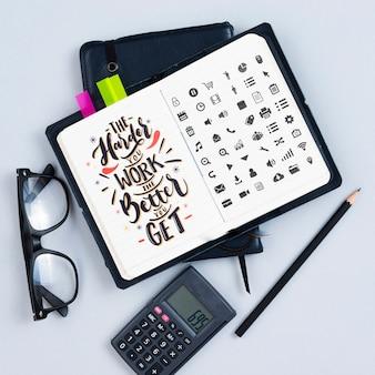 Agenda op het bureau met motiverende citaat