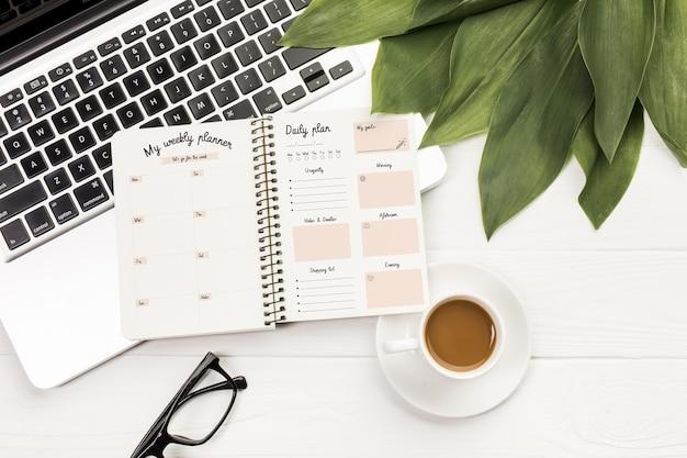 Agenda con planificador semanal y diario.