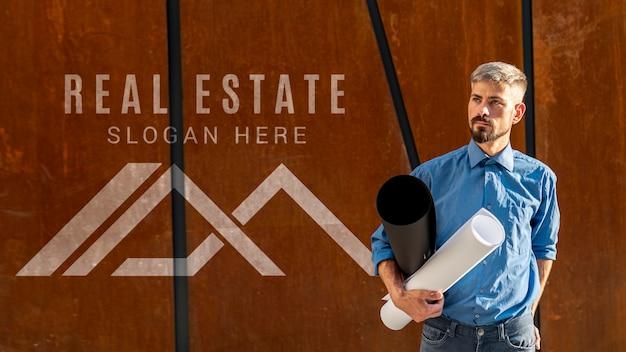 Agente inmobiliario y logo sobre fondo de madera