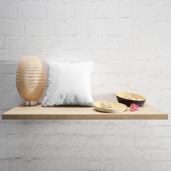 Almohada blanca suave y lámpara en un estante de madera