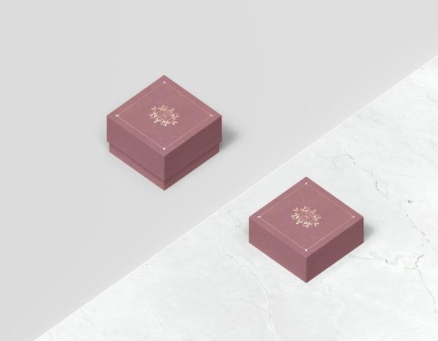 Alta vista de cajas cerradas rosas para joyería