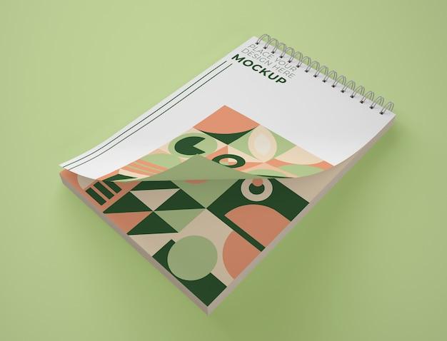 Alto angolo di blocco note mock-up con disegno geometrico