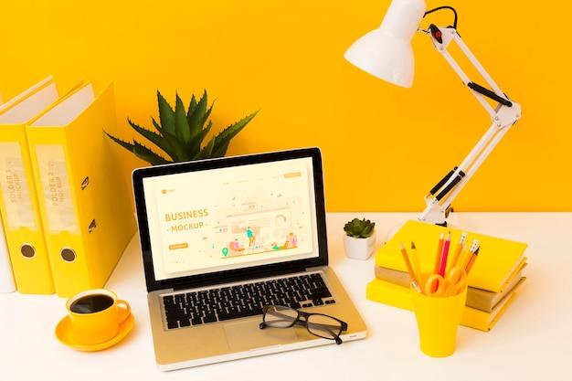 Alto angolo di scrivania con laptop e occhiali