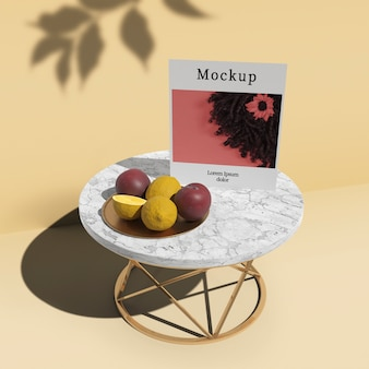 Alto angolo di tavolo con carta e frutta