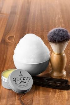 Alto ángulo de artículos de peluquería con espuma y cepillo