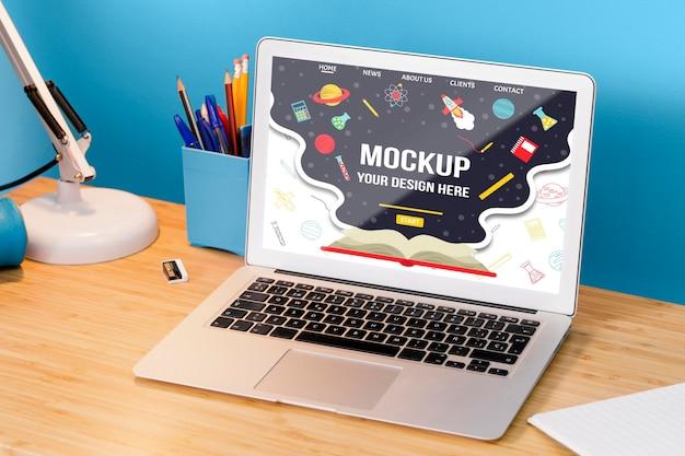 Alto ángulo de la computadora portátil de la escuela en el escritorio