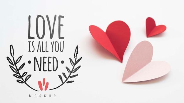 Alto ángulo de corazones de papel con mensaje de amor